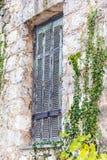 Alte Fensterdetails von Tatoi-Palast, der ein ehemaliges griechisches Königsfamilieferienhaus und ein Geburtsort von König George stockfoto