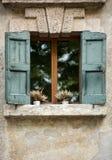 Alte Fensterfensterläden in der alten Steinwand Verona, Stockbild