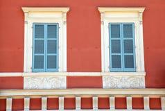 Alte Fensterladenfenster des französischen Blaus im roten Haus, Nizza, Frankreich. Stockbilder