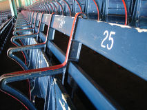 Alte Fenway Sitze Stockfotos
