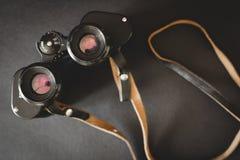 Alte Ferngläser auf schwarzem Hintergrund Lizenzfreies Stockfoto