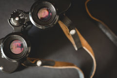 Alte Ferngläser auf schwarzem Hintergrund Lizenzfreie Stockbilder
