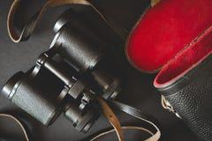 Alte Ferngläser auf schwarzem Hintergrund Lizenzfreie Stockfotografie