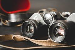 Alte Ferngläser auf schwarzem Hintergrund Stockbild