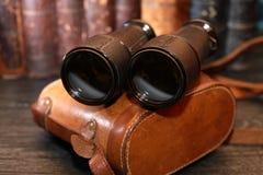 Alte Ferngläser und Fall Lizenzfreie Stockfotografie
