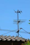 Alte Fernsehantenne auf Hausdach mit blauem Himmel Stockfotos