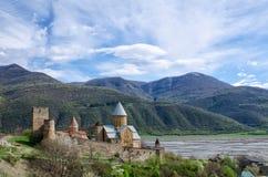 Alte Festung auf dem Ufer gegen den Hintergrund der Berge, ein schöner Frühlingshimmel, Ananuri Lizenzfreie Stockbilder