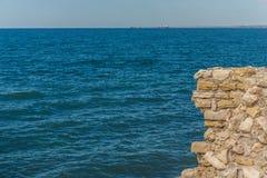 Alte Festung in den Felsen über dem Meer Felsige Klippe im alten an der Spitze Steinflusssteine, die aus heraus haften Stockbilder