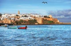 Alte Festung in Marokko mit Booten auf dem Wasser des Golfs Lizenzfreie Stockfotos
