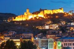 Alte Festung Narikala nachts, Tiflis, Georgia Lizenzfreie Stockfotos