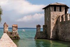 Alte Festung in Sirmione auf See Garda in Italien lizenzfreies stockbild