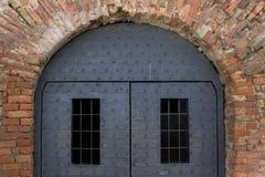 Alte Festungstür mit gepanzerten Blechtafeln Lizenzfreie Stockbilder