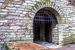 Alte Festungstore und ein Metallgitter Stockfotos