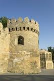 Alte Festungswand mit Wachturm in alter Stadt Bakus Lizenzfreies Stockfoto