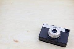 Alte Filmkamera auf hölzernem Brett Stockfotografie