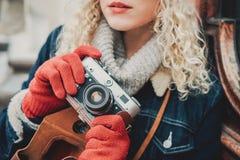 Alte Filmkamera in den Händen eines gelockten Mädchens Lizenzfreies Stockfoto