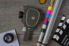 Alte Filmkamera mit einem Stativ und einem clapperboard Stockbilder
