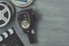 Alte Filmkamera mit Filmrollen und clapperboard Stockfotos