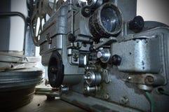 Alte Filmkamera mit Filmtrommeln stockbild