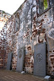 Alte Finanzanzeigen an den Kirche-Ruinen Stockbild