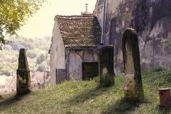 Alte Finanzanzeigen nahe einem Häuschen auf einem Hügel in Rumänien Stockfotografie