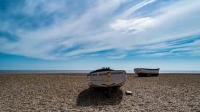 Alte Fischerboote in Aldeburgh stockfotos