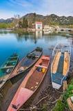 Alte Fischerboote auf dem See Stockfotos