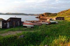 Alte Fischerboote auf dem Ufer von Region Teriberka Murmansk Lizenzfreies Stockfoto
