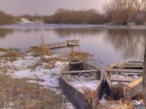 Alte Fischerboote auf Fluss Stockfotografie