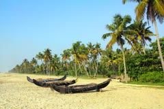 Alte Fischerboote auf Strand in Indien Stockbilder
