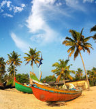 Alte Fischerboote auf Strand in Indien Stockbild