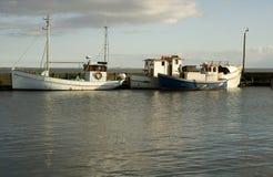 Alte Fischerboote im Hafen Stockfotos