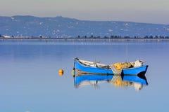 Alte Fischerboote mit hellen Farben an der Dämmerung auf dem See stockbild