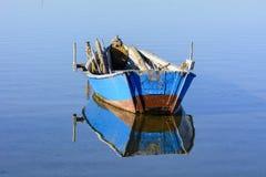 Alte Fischerboote mit hellen Farben an der Dämmerung auf dem See lizenzfreies stockbild