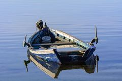 Alte Fischerboote mit hellen Farben an der Dämmerung auf dem See stockbilder