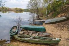 Alte Fischerboote nahe dem Ufer Stockfoto