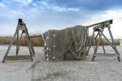 Alte Fischernetze, die neben dem See trocknen Lizenzfreie Stockbilder