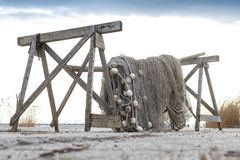 Alte Fischernetze, die neben dem See trocknen Lizenzfreie Stockfotos