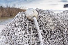 Alte Fischernetze, die neben dem See trocknen Stockbilder