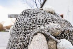 Alte Fischernetze, die neben dem See trocknen Stockfotos