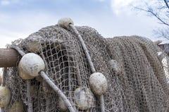Alte Fischernetze, die neben dem See trocknen Stockfotografie