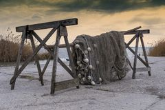Alte Fischernetze, die neben dem See trocknen Stockfoto