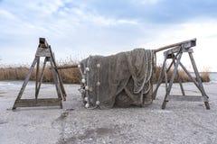 Alte Fischernetze, die neben dem See trocknen Lizenzfreie Stockfotografie
