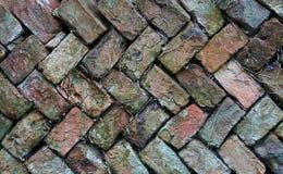 Alte Fischgrätenmusterbacksteinmauer Stockfotografie