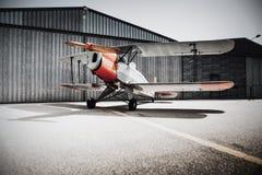 Alte Fläche der Weinlese vor dem Hangar Kopieren Sie Raum aus den Grund Stockfoto