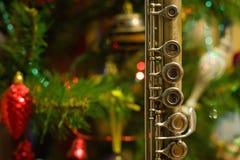 Alte Flöte nahe einem Baum des neuen Jahres Stockfoto