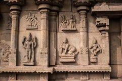 Alte Flachreliefs mit Bildern von Göttern im Tempel, Hampi, Karnataka, Indien Stockbilder