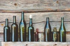 Alte Flasche und Glas lizenzfreies stockbild