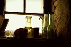 Alte Flaschen auf Windowsill lizenzfreies stockbild
