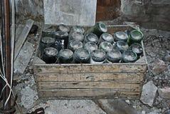 Alte Flaschen in einem Dachboden Stockfotos